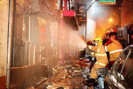 RS - INCÊNDIO/BOATE/RS - GERAL - Um incêndio iniciado por volta das 2h   deste domingo já deixou pelo menos 90   mortos e 200 feridos na boate Kiss, em   Santa Maria, a 286 km de Porto Alegre,   na região central do Rio Grande do Sul.   O fogo começou por volta das 2h deste   domingo. Autoridades afirmam que havia   apenas uma saída no local, o que   dificultou a fuga. Centenas de pessoas   foram encaminhadas aos hospitais da   região.    27/01/2013 - Foto: GERMANO RORATO/Agência RBS/PAGOS